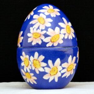 Uovo a scatola blu con margherite