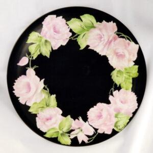 Piatto torta rose rosa sfondo nero
