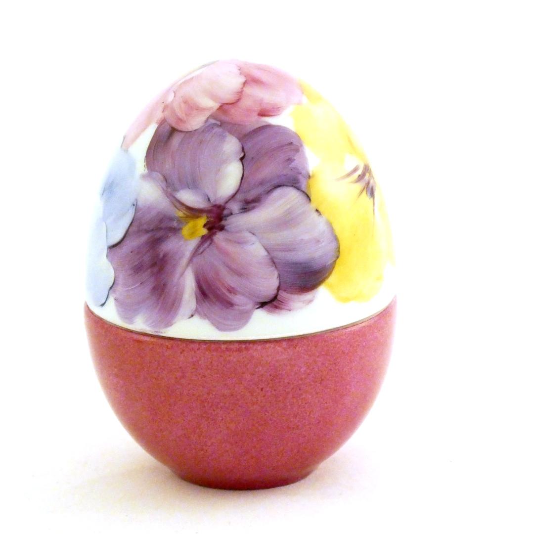 Scatola a uovo con viole
